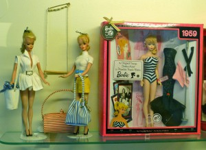 Puppen aus den 1950er Jahren, rechts im gestreiften Einteiler die erste Barbie, Puppenmuseum Coburg. Foto © Rose Wagner